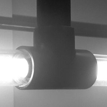 Zwart koppelstuk van een Koppelbare Design Lamp