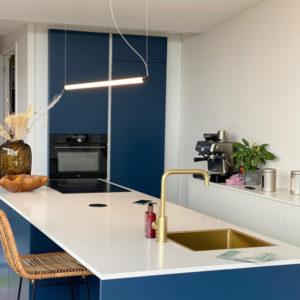 Hanglamp horizontaal boven een keukenblad